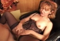 2089 1 210x142 - Deux vielles femmes et deux jeunes hommes sur le sofa en cuir