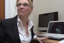 5468 1 210x142 - Client baise la secrétaire à lunettes