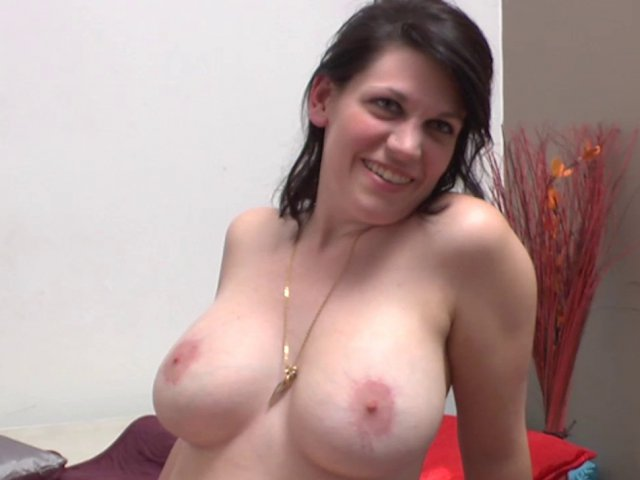 Sodomie sans capote pour une femme aux énormes seins naturels