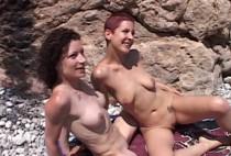 749 1 210x142 - Plongeur sur la plage baise deux femmes amatrices